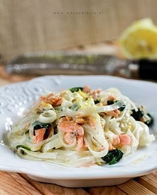 makaron-ryzowy-z-lososiem-wedzonym–i-szpinakiem-w-sosie-cytrynowym2