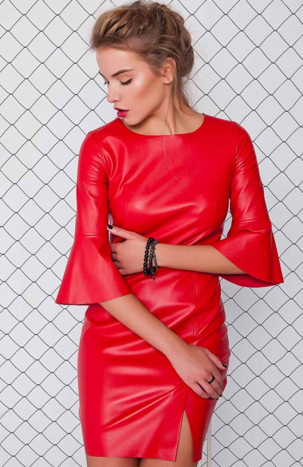 Cover GR1071 sukienka czerwona Elegancka sukienka, wykonana z ekoskory, rękaw do łokcia obszyty falbanką