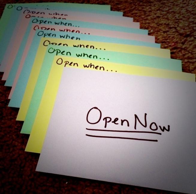 Otwórz, gdy... -będzie Ci smutno -będziesz zestresowany/a -będziesz potrzebować czegoś słodkiego -brakuje Ci uśmiechu -za mną tęsknisz etc..  Prezent, który zawiera w sobie drobne upominki lub listy.. Coś bardzo osobistego, coś co zacieśnia więzy. Listy są dziś mocno zapomniane a to smutne. Dużo łatwiej przelać chaos myśli na papier niż próbować na szybko ubrać to w wypowiadane słowa. Ja utrzymuję kontakt listowy z kilkoma osobami - jest to niesamowicie rozwijające. Ta ekscytacja kiedy ze skrzynki pocztowej wyjmujesz list.. A potem czytasz to, co zostało napisane.. Osobiście napisane - nie przez komputer. Z charakterystycznym pismem, zawartymi w nim emocjami...  Open when.../Otwórz, gdy.. - może być świetnym wstępem do pisania listów. Doskonałym wstępem do nauki dialogu <3  źródło zdjęcia - internet