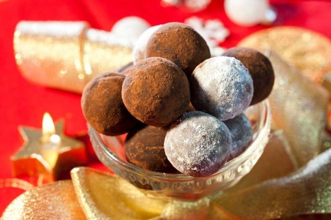Przepis na pralinki świąteczne  Składniki:   150 g biszkoptu jasnego gotowego 80 g twardego masła 100 g gorzkiej czekolady 2 łyżki kakao 5 łyżek spirytusu lub ulubionego likieru 50 g płatków migdałowych do obtoczenia: 2 łyżki cukru pudru i kilka łyżek kakao  Sposób przygotowania:  Biszkopt należy pokruszyć, dodać masło starte na wiórki, startą czekoladę, 2 łyżki kakao, migdały, spirytus i wszystko zmiksować lub zagnieść przy pomocy widelca. Następnie uformować kulę. Wstawić do lodówki, by stężało. Po wyjęciu należy formować kuleczki, obtaczając je w cukrze pudrze lub kakao.