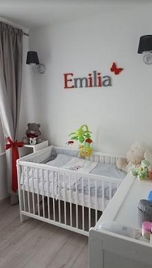 Białe mebelki w pokoju dziecięcym. Świetny dobór kolorów Biel + szarość + cze...
