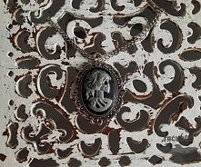Przedstawiam ręcznie robione wisiory. Wisiory mogą być w kolorze srebra, starego złota/miedzi lub brązu ze szklaną wstawką. Mogą być różnej wielkości i kształtu: owalne, okrągłe...