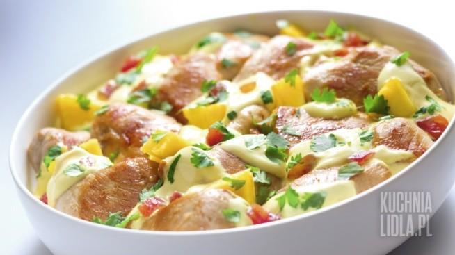 Kurczak z Antyli   Składniki •pojedyncze piersi kurczaka: 4 szt. •mleko kokosowe: 400 ml •kurkuma: 1 szczypta •pomidory obrane ze skórki, pokrojone w kosteczkę (bez pestek) : 2 szt. •cebula: 2 szt. •tymianek: 3 gałązki •woda: 75 ml •sól: do smaku •pieprz: do smaku •ananas  świeży pokrojony w kostkę: ½ szt •kolendra: 3 łyżki •olej rzepakowy: 2 łyżki •ryż basmati: 200 g •sok z cytryny   Przygotuj  Patelnię wok lub głęboką patelnię albo garnek z grubym dnem.  Przygotowanie  Każdą pierś kurczaka myjemy, osuszamy i kroimy na 3 kawałki. Doprawiamy solą i pieprzem z obu stron. Na patelni (wok) rozgrzewamy 2 łyżki oleju rzepakowego. Wrzucamy kurczaka na rozgrzany tłuszcz. Przewracamy i czekamy, aż kurczak będzie rumiany. Kroimy cebulę i dodajemy ją do kurczaka. Smażymy 3 minuty. Pomidory obieramy ze skórki i kroimy w kostkę, tak samo jak ananasa. Dodajemy mleko kokosowe, 75 ml wody, szczyptę kurkumy, pomidory, ananasa i 3 gałązki tymianku. Potrawa powinna się gotować ok. 20 min pod przykryciem. Przykrywamy pokrywką. Jeżeli sos wyda się zbyt rzadki, gotujemy go do momentu aż zgęstnieje. Na koniec doprawiamy wszystko solą i pieprzem. Dodajemy 3 łyżki posiekanej kolendry.  Jak podawać Potrawę podajemy z ryżem basmati.