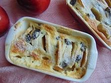 Zapiekanka z jabłek.   Składniki      4 jabłka  pół cytryny  garść rodzynek  2 jajka  150 ml. gęstej śmietany  1 łyżka cukru pudru  1 cukier waniliowy  masło do natłuszczenia na...