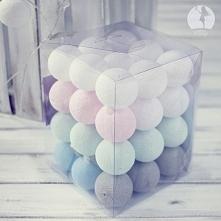 Kule cotton balls w pastelowych kolorach. Lampki te tworzą w pomieszczeniu niesamowity nastrój.