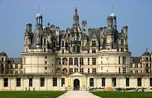 Zamek nad Loarą - Francja.Zamek w Chambord – największy z zamków w dolinie Loary. Renesansowy zamek o planie nawiązującym do gotyckich zamków obronnych, został zbudowany między ...