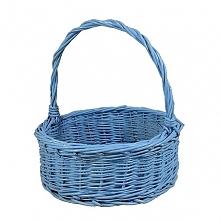 Błękitny okrągły wiklinowy koszyk