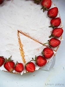 Tort z truskawkowym musem