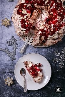 Bezowy wieniec wigilijny z wiśniami w żelu, aromatyzowanymi przyprawą do piernika, z płatkami migdałów // Christmas Pavlova wreath with with cherries and almonds #xmas #food #ph...