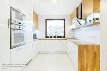 Biała kuchnia ocieplona drewnem. Podoba się Wam ?