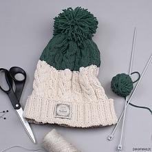 Czapka robiona w całości ręcznie, na drutach. Robiona splotem, który powstaje z połączenia dwóch rodzajów warkoczy. Uniwersalny kolor i fason sprawiają, że pasuje do każdej odzi...