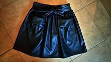 śliczna luksusowa spódniczka    Z paska możemy stworzyć piękną kokardkę .   Idealnie nadaje się do jesiennych i zimowych stylizacji .   Posiada dwie kieszenie.   Model nadaje si...