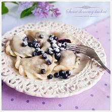 Pierogi z jagodami 3 szklanki mąki, 1 jajko, około 1 szklanki letniej wody, szczypta soli. Nadzienie: 70 dag jagód, 1/2 szklanki cukru wymieszanego z 1 łyżeczką cukru wanilioweg...