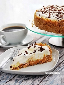 Banoffee Pie Składniki (forma o średnicy 20 cm):      220 g ciastek pełnoziarnistych     100 g masła     300 g masy kajmakowej     400 ml śmietanki 30 %     2-3 banany     cukie...