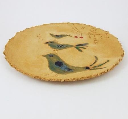 Ręcznie wykonany z szamotowej gliny płytki, duży talerz - Trzy Ptaszki. Dwukrotnie wypalony. Szkliwo na większości powierzchni transparentne wydobyło naturalny kolor gliny.Powierzchnia talerza mocno chropowata.