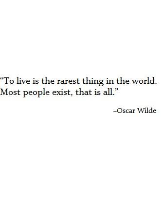 """""""Życie"""" to najrzadsza rzecz w świecie. Większość ludzi po prostu istnieje."""