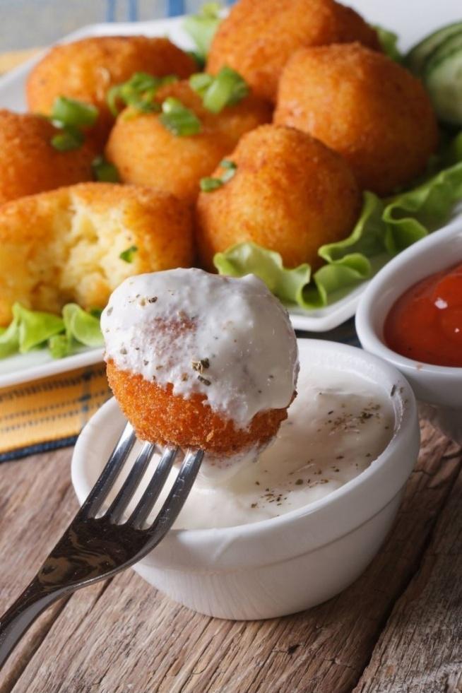 Kuleczki ziemniaczane w panierce Składniki: - o,5 kg ziemniaków, - 1 łyżka mąki ziemniaczanej, - 1 jajko, - 4 łyżki bułki tartej plus dodatkowa bułka do obtaczania, - przyprawy do smaku – sól, pieprz, przyprawy do ziemniaków, - olej do smażenia Treść przepisu: Ziemniaki obieramy a następnie gotujemy. Gdy ziemniaki będą już ugorowane przepuszczamy je przez praskę ( lub dokładnie tłuczemy). Do schłodzonych ziemniaków dodajemy jajko, mąkę ziemniaczaną, bułkę tartą i przyprawy. Ponownie mieszamy całość. Z masy ziemniaczanej ( jeszcze ciepłej) formujemy kuleczki a następnie obtaczamy je w półce tartej. Smażymy w głębokim oleju. Odsądzamy na ręczniczkach papierowych. Obiadowa surówka z porem, gruszką i zielonym ogórkiem Składniki: 1 duży por 2 gruszki 1 wężowy ogórek 3 łyżki posiekanego szczypiorku 3 łyżki jogurtu naturalnego 3 łyżki majonezu sól, pieprz Sposób przygotowania: Pora przekrawamy wzdłuż i kroimy w półplasterki. Gruszkę obieramy ze skórki i kroimy w kostkę. To samo robimy z ogórkiem. Jogurt mieszamy z majonezem. Mieszamy wszystkie składniki. Doprawiamy do smaku solą i pieprzem