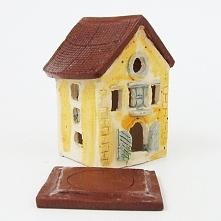 Cieplutka i przytulna Radosna Kamieniczka - ceramiczny lampionik, świecznik na tealight. Ręczna robota - ściany ulepione z jasnej lekko szamotowej gliny a dach z gliny czerwonej.