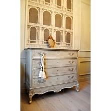 Duża komoda w stylu Ludwika XV, przywieziona z francuskich brocantów. Idealna do salonu/jadalni czy sypialni. Komoda z 5 szufladami. Pieczołowicie odrestaurowana.  W kolorze sza...