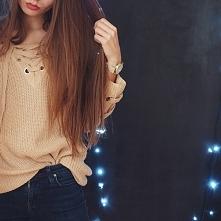 Sweterek z wiązaniem przy dekolcie.