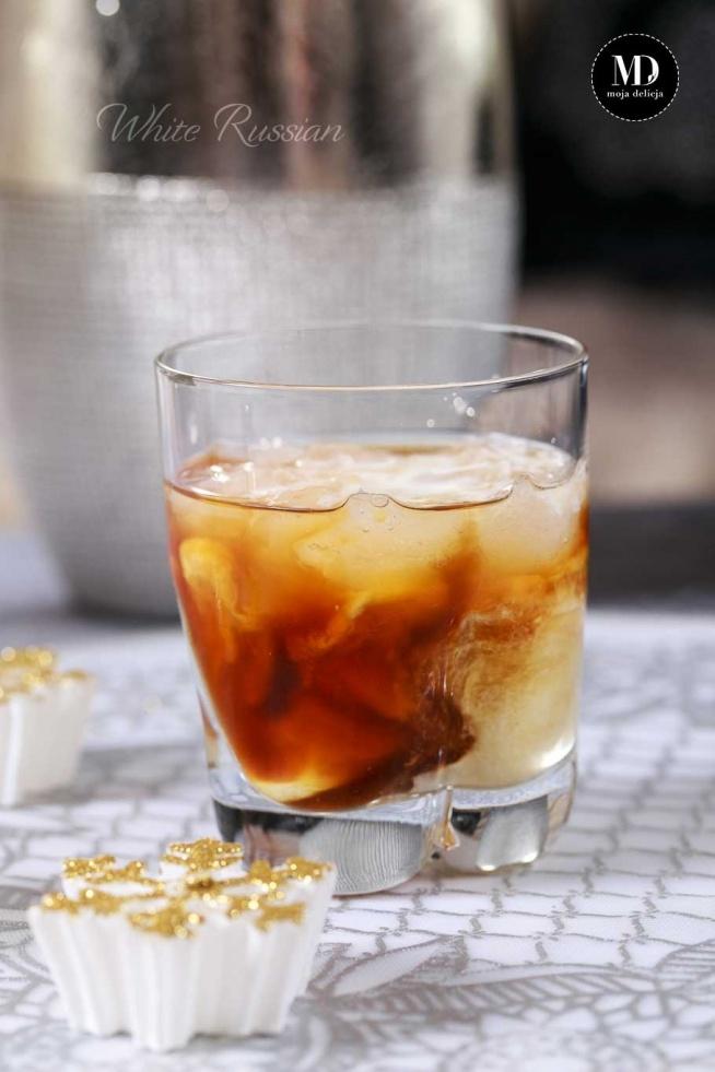 White Russian (Biały Rosjanin) koktajl alkoholowy z wódką, likierem kawowym i śmietanką podawany w szerokiej szklance z lodem