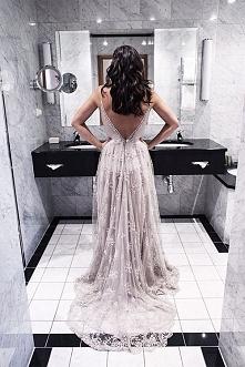 Piękna kobieta w boskiej łazience