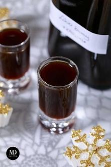 Domowy likier kawowy bez mleka lub śmietanki. Czarny likier kawowy. Domowa Kahlua. Likier można pić samodzielnie lub używać jako składnik wielu drinków. Domowy likier kawowy moż...