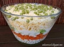 Szybka warstwowa sałatka z groszkiem konserwowym, jajkiem i marchewką idealna...