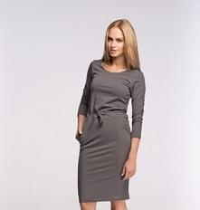 - Bawełniana dopasowana sukienka  - Kieszenie  - Rękaw 3/4  - Wiązanie  - Wykonana z wysokiej jakości materiału dresowego  - Zdobiona złotą firmową blaszką  - Skład: 95% wiskoza...