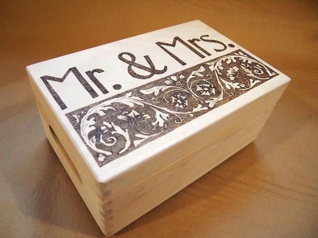 """Personalizowana skrzynka ręcznie wypalana """"Mr.&Mrs."""". Skrzynka na prezent ślubny lub na telegramy. Ręcznie wypalana. (ifgift)"""