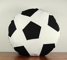 Poduszka piłka, uszyta z bawełny.