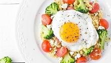 Kasza jaglana z warzywami i jajkiem sadzonym