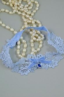 Niebieska podwiązka koronkowa, z kokardą i biżuteryjną zawieszką.