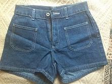 takie fajne, oryginalne dżinsowe spodenki do ucapienia tylko w lumpeksie:) Szczegóły KLIK na zdjęcie;)
