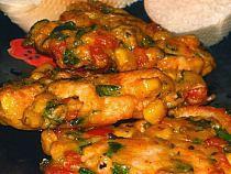 SKŁADNIKI (12 placuszków): - połówka piersi z kurczaka - 2 jajka małe - mała puszka kukurydzy - 1/2 papryki czerwonej - 2 ząbki czosnku - 3 łyżki posiekanej natki pietruszki - 4 łyżki mąki pszennej - płaska łyżeczka słodkiej papryki w proszku - 2 szczypty chili - sól, pieprz - olej WYKONANIE: 1. Kurczaka umyć, osuszyć i pokroić na małe kawałeczki. 2.Paprykę i czosnek pokroić w drobną kostkę. Dodać do mięsa razem z kukurydzą i natką pietruszki. 3 . Jajka roztrzepać i dodać do mięsa. Całość wymieszać, a następnie dodać mąkę i doprawić słodką papryką, chili, solą oraz pieprzem. Jeśli masa nie będzie spójna można dodać odrobinę więcej mąki. 4. Z masy formować kotleciki i układać bezpośrednio na rozgrzanej patelni z olejem. Smażyć na złoty kolor z obu stron. Podawać z białym pieczywek lub ziemniakami i dowolną surówką.