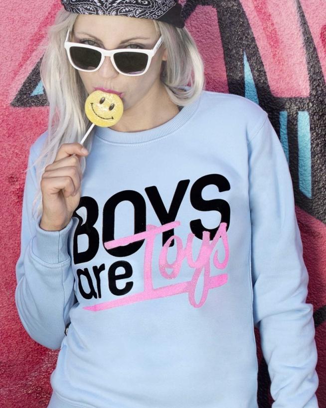 Boys are Toys!  Tutaj nie trzeba dużo mówić. Chcesz zabłysnąć? I to dosłownie? To ta bluza Ci w tym pomoże. Uszyta specjalnie dla takich kobiet jak Ty. W kolorze błękitu z dodatkiem brokatowych napisów, ot co!