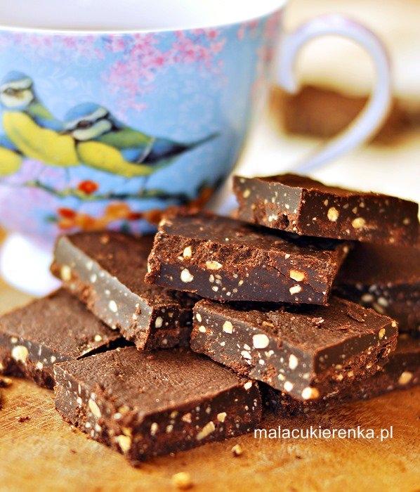 Zdrowsze czekoladki z czterech składników, wegańskie, bez cukru. Przepis po kliknięciu w zdjęcie.
