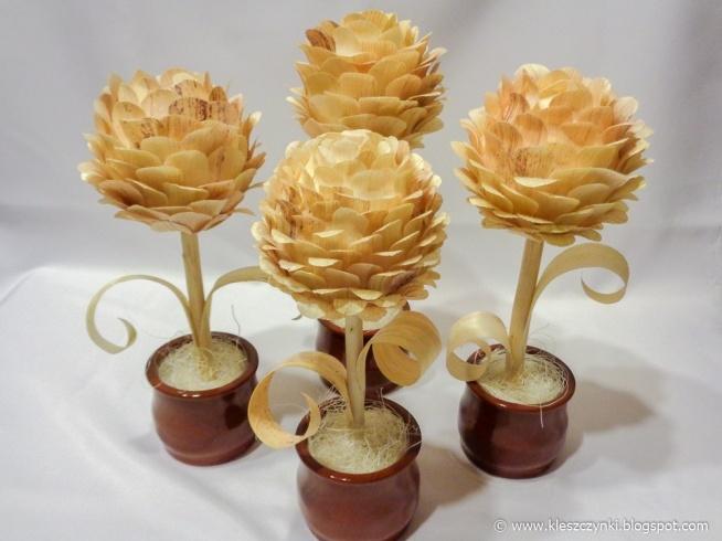 Kompozycje kwiatowe wykonane z liści kukurydzy.
