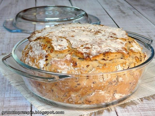 Chleb z garnka Składniki na 1 okrągłe, średniej wielkości naczynie żaroodporne - o średnicy 23cm (mierzone u góry) i wysokości 7 cm (bez pokrywki):  350g mąki pszennej - sielska, typ 650 200g mąki żytniej żurkowej - typ 1200 1 łyżeczka soli 1 łyżka oliwy 25g świeżych drożdży 1 łyżeczka cukru 1 i 1/2 szkl. ciepłej wody - nie gorącej! 1 szkl. dowolnych ziaren  grunttoprzepis.blogspot.pl