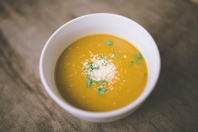 krem z czerwonej soczewicy Składniki: – cebula – 2 marchewki – 3 ziemniaki – około 250-300g czerwonej soczewicy – przyprawy: kurkuma, czerwona papryka, pieprz, sól – łyżka oliwy lub oleju.  Przepis: 1. Cebulę, marchewkę oraz ziemniaki kroimy i podsmażamy na oleju. 2. Zalewamy wodą lub bulionem – około 3-4 szklanki. 3. Wsypujemy soczewicę i przyprawy. 4. Gotujemy około 15 min i blendujemy. 5. Do zupy można dodać trochę śmietany i ulubionych dodatków np. parmezan, grzanki, groszek ptysiowy, pestki dyni, słonecznik itp.