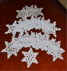 Śnieżynki wykonane szydełkiem.