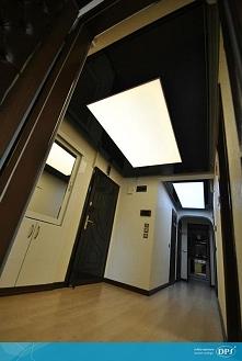 Wejście do domu oświetlone ...