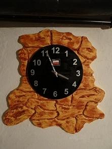 Ręcznie wykonane tło pod zegar imitujące piaskowiec