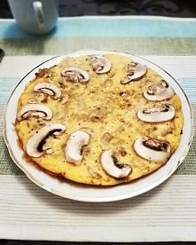 Fit śniadanie - Omlet z 2 jajek  Składniki : - 2 jajka  - 4 pieczarki  - 1/2 średniej cebuli  - 1 łyżka oliwy z oliwek  Jajka roztrzepać żeby były puszyste, na patelni podsmażyć...