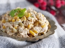 Szybka sałatka z tuńczykiem (6 – 8 porcji) Składniki: 2 puszki tuńczyka w sos...