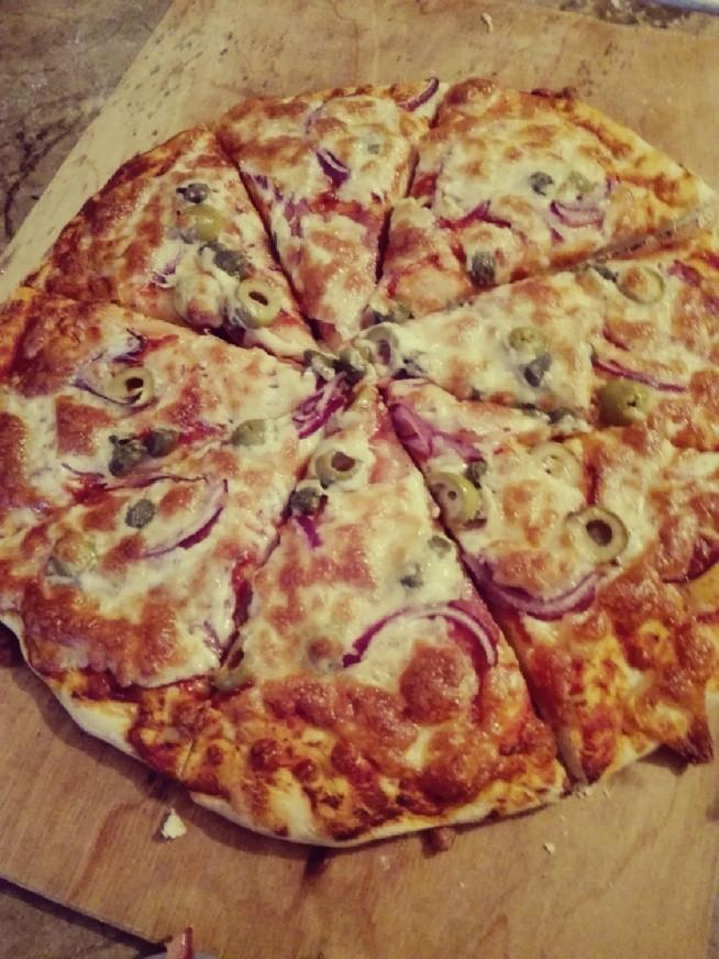 pizza domowej roboty. idealna na sobotni wieczor :) zachecam wszystkich do robienia pizzy w domowym zaciszu, możemy dodac jakie tylko chcemy skladniki a przynajmniej wiemy co jemy :) przepis w komentarzu :)