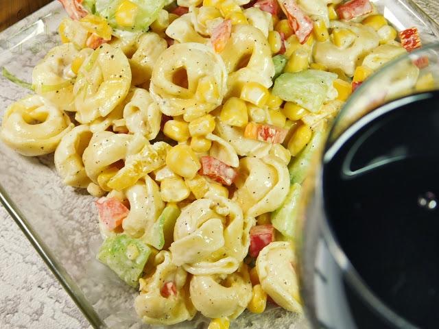 Sałatka smakuje najlepiej gdy choć przez godzinę się ze sobą przegryzie. Jeżeli masz ochotę możesz ją urozmaicać do woli. Doskonale znajdą się w niej pomidorki koktajlowe czy daktylowe. Możesz do niej dodać również zieleninę, na przykład szczypior zamiast cebulki, lub paczkę roszponki czy rukoli jeżeli je lubisz. Choć zielone sałaty dodaj do sałatki najlepiej przed samym jej podaniem, aby nie zmiękły i sflaczały.