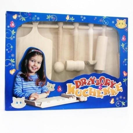Witajcie:)  Zabawa w gotowanie już dla 2 latków:) z zestawem drewnianych akcesoriów kuchennych z nielakierowanego drewna liściastego.   Zabawka bezpieczna i ekologiczna, nie wspominając o wysokiej jakości wykonania.  Stolnice, deska, wałek, tłuczek, rogalka, młotek ... i zabawa w gotowanie murowana.  Sprawdźcie sami:)