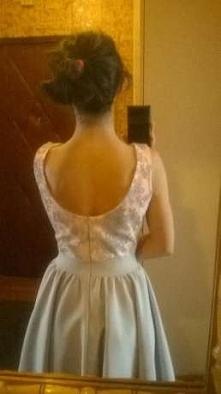 Rozkloszowana pudrowa sukienka, z szarym dołem podszytym tiulem