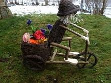 Ogrodnik na rowerku z koszem na kwiaty